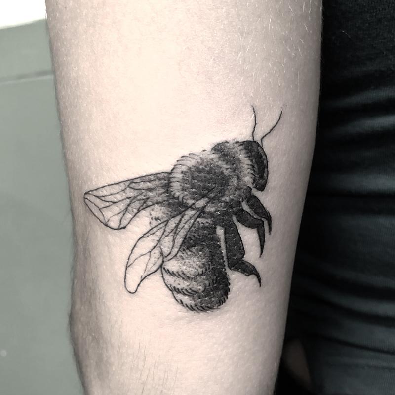 Tatuaje minimalista abeja