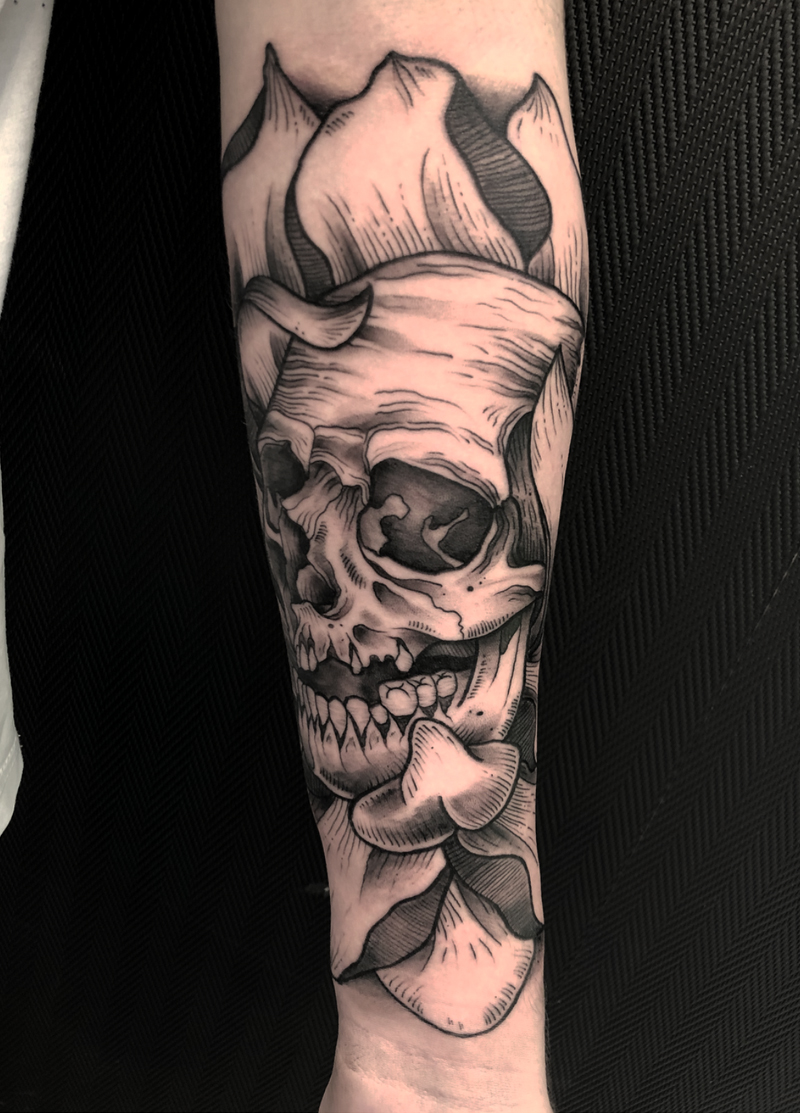 Blackwork tattoo calavera con flores