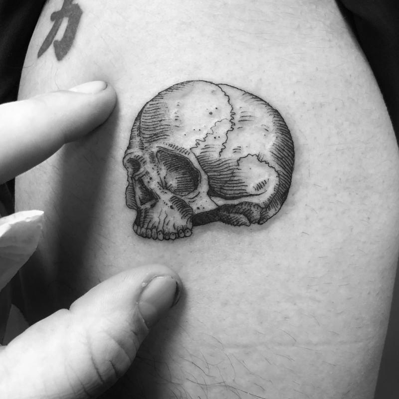 Tatuaje minimalista calavera