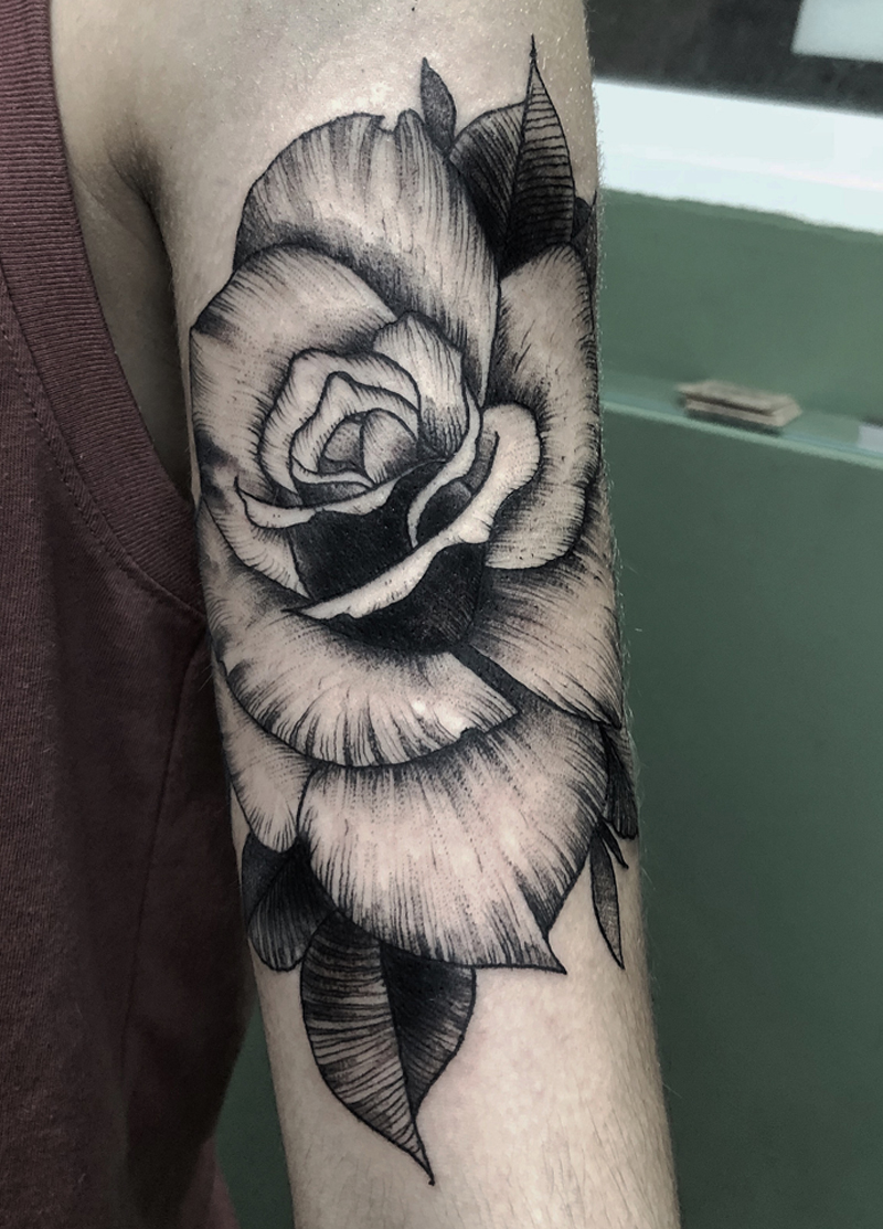 Blackwork tattoo rosa