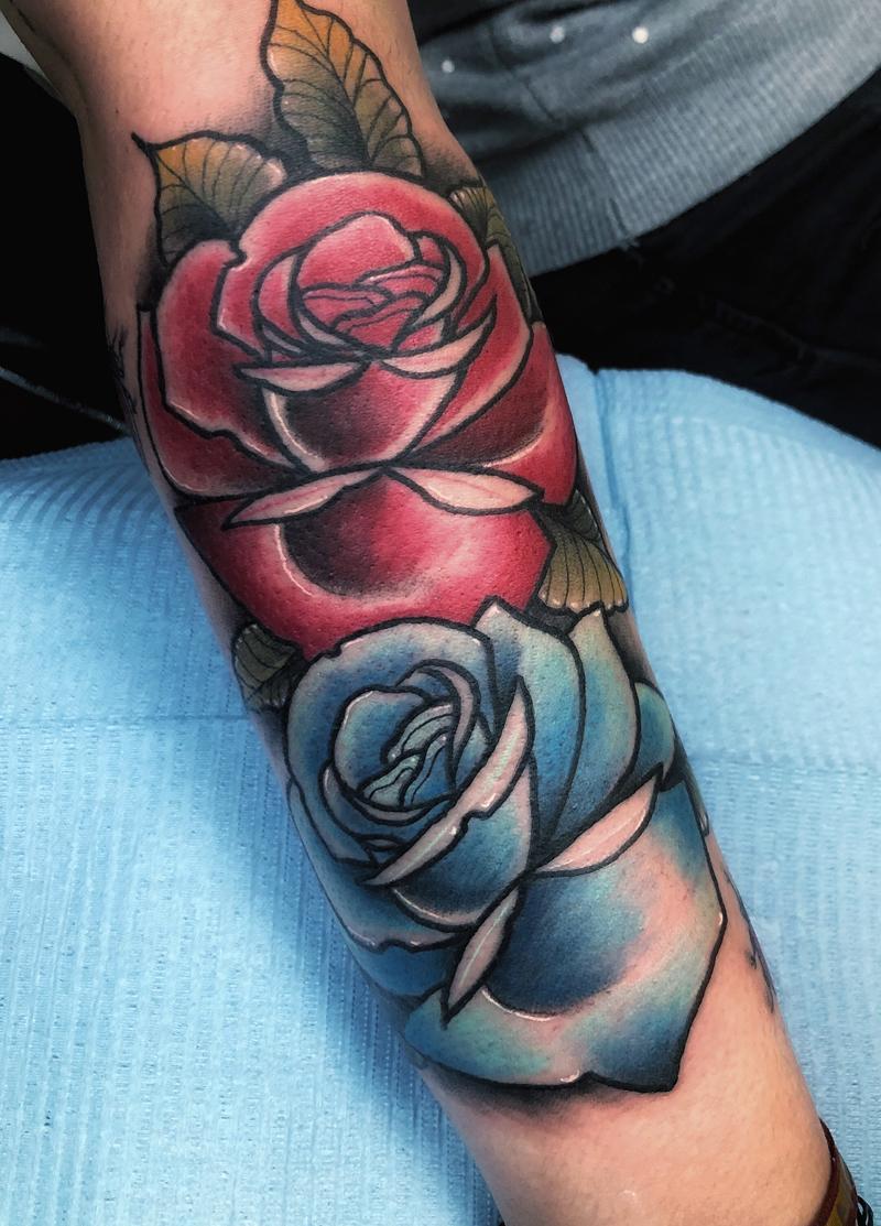 Tatuaje neotradicional rosas